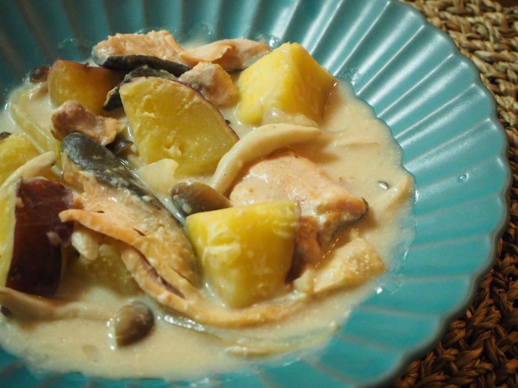 秋鮭とさつまいもときのこのクリームシチュー